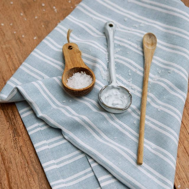 Onze Dry with Stripes in jeans blauw is trendy en tijdloos! Daarnaast is deze theedoek na het afdrogen van de vaat zo weer droog. • • #Walra #Walraofficial #Walrahome #keukentextiel #drywithstripes #theedoek #jeansblauw #keukeninspiratie #inspiratie