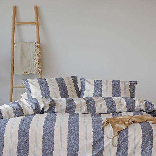 Strepen gaan nooit vervelen! De Remade Nautic stripes is gemaakt van 70% gerecycled katoen én is ook nog eens heerlijk zacht. Met dit overtrek geniet je van sustainable softness.🌱 • • #Walra #Walraofficial #Walrahome #voorjaarscollectie #remade #nauticstripes #jeansblauw #dekbedovertrek #slaapkamerinspo #bedroom #inspiratie