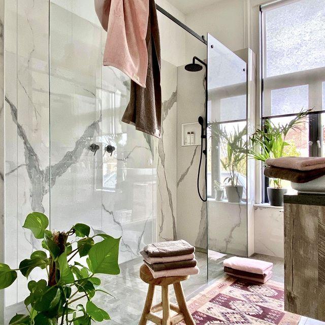 Binnenkijken in de mooie badkamer van @whisperingbold! De kleuren taupe en roze uit onze Soft Cotton lijn maken dit plaatje helemaal compleet! • • #Walra #Walraofficial #Walrahome #badgoed #softcotton #taupe #roze #badkamer #badkamerinspo #inspiratie
