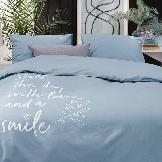 Start iedere dag met liefde en een lach. Een goed motto om mee wakker te worden. Jouw dag kan gegarandeerd niet meer stuk! • • #Walra #Walraofficial #Walrahome #voorjaarscollectie #beddengoed #dekbedovertrek #smilewithlove #jeansblauw #slaapkamer #slaapkamerinspo #inspiratie