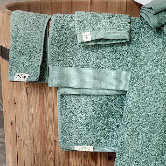 Groen is een kleur die frisheid en rust uitstraalt en is daarom perfect voor een ontspanningsruimte zoals de badkamer!🌱 • • #Walra #Walraofficial #Walrahome #remade #cotton #groen #recycled #katoen #badkamer #badkamerinspo #badkamerinspiratie #inspiratie