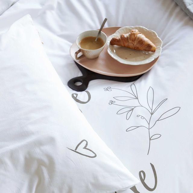Fijne vaderdag! Met een ontbijtje op bed tover je bij iedereen wel een lach op zijn gezicht. Geniet ervan! • • #Walra #Walraofficial #Walrahome #fathersday#vaderdag #smile #with #love #wit #dekbedovertrek #slaapkamerinspo #slaapkamer #happysunday #inspiratie