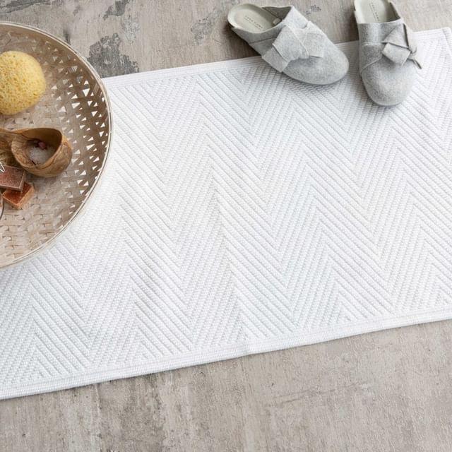 Na een warme douche stap je het liefst op een warme, zachte badmat. Ook geef je met een badmat direct sfeer aan je badkamer! • • #Walra #Walraofficial #Walrahome #badmat #soft #cotton #wit #katoen #badkamer #badkamerinspo #badkamerinspiratie #inspiratie