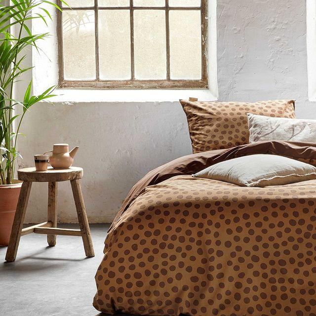 Zet tijdens je welverdiende nachtrust de stip aan de horizon! Deze handgetekende stippen geven jouw slaapkamer een speelse look. • • #Walra #Walraofficial #Walrahome #voorjaarscollectie #spots #dots #warm #bruin #bedroominspo #dekbedovertrek #slaapkamerinspo #slaapkamer #inspiratie