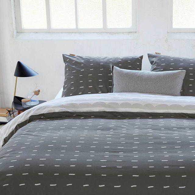 Rust ervaren in je slaapkamer is erg belangrijk. Ben je een liefhebber van casual kleuren met een trendy dessin? Dan is de More Dashes wat voor jou! • • #Walra #Walraofficial #Walrahome #voorjaarscollectie #moredashes #offblack #beddengoed #dekbedovertrek #slaapkamer #slaapkamerinspo #slaapkamerinspiratie #inspiratie