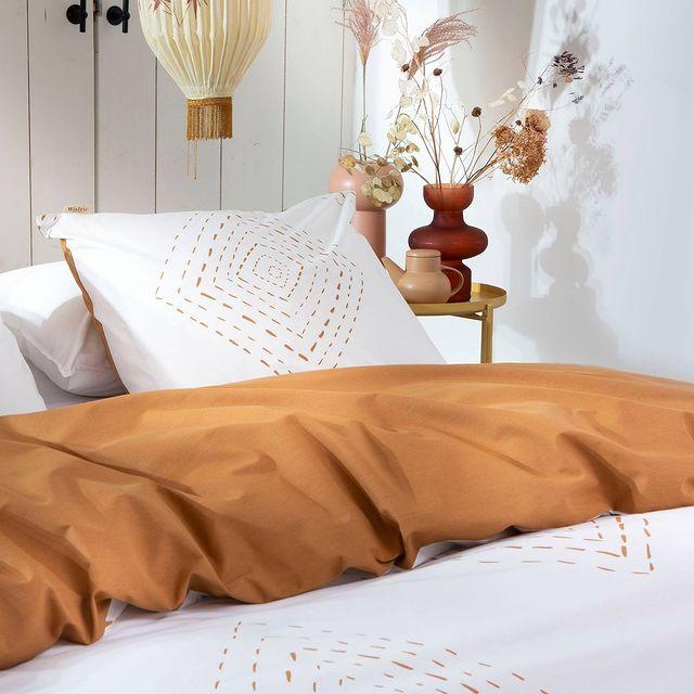 Een Bohemian interieur is een mix van stijlen uit verschillende werelddelen. Ook op Ibiza zie je deze stijl veel terug. Dit dekbedovertrek is boho chique! • • #Walra #Walraofficial #Walrahome #nieuwecollectie #autumnspring #najaarscollectie #boho #stitches #cognac #dekbedovertrek #slaapkamer #bedroominspo #slaapkamerinspiratie #inspiratie