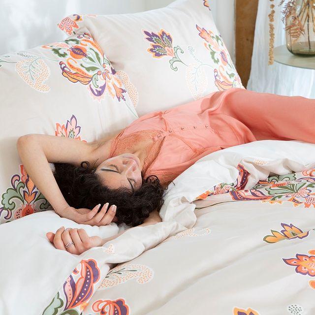 Het is vandaag prinsjesdag! Onder dit elegante bloemenovertrek zal je in ieder geval prins-heerlijk slapen! 😉 • • #Walra #Walraofficial #Walrahome #prinsjesdag #graceful #flowers #prinsheerlijk #slapen #dekbedovertrek #slaapkamer #bedroominspo #slaapkamerinspiratie #inspiratie